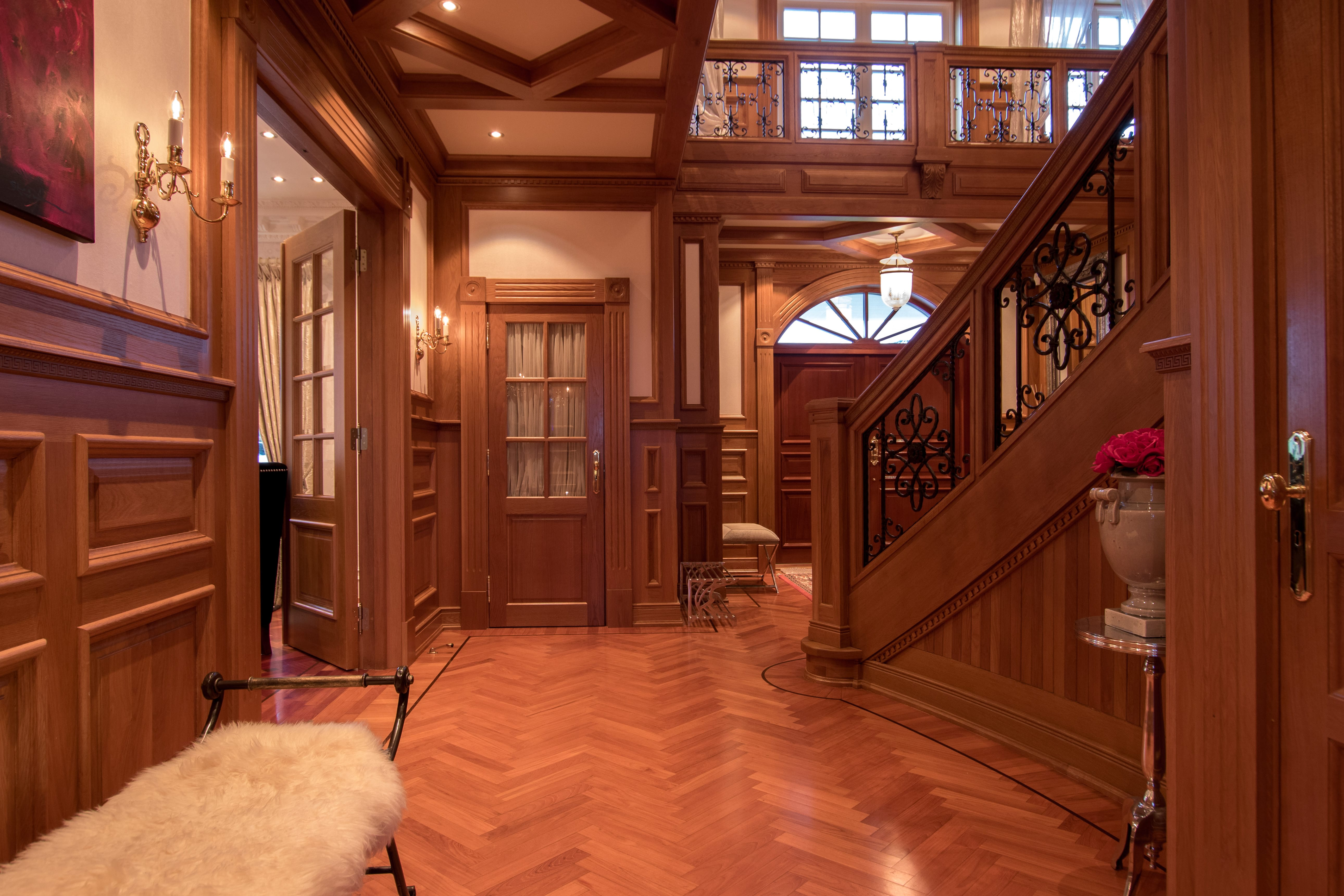The main hall connects the rooms in style.